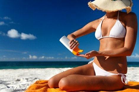 Едете в отпуск? Не забудьте положить в чемодан бутылочку с солнцезащитным кремом...